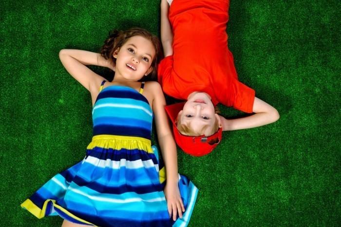c8413588b5a4761c shutterstock 193875113.xxxlarge 2x 700x466 Дети на траве   Children on grass