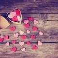 Сердечки на деревянном фоне - Hearts on a wooden background