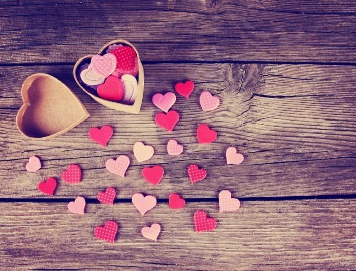 eb7fb642 shutterstock 239174485.xxxlarge 2x 700x533 Сердечки на деревянном фоне   Hearts on a wooden background