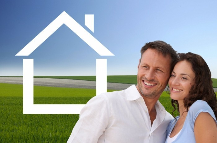 fotolia 25684210 m 700x464 Пара на фоне дома   Couple at home background