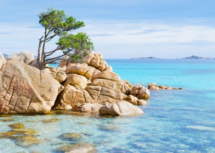 shutterstock 117877108 700x498 Скалы на берегу   Rocks on the shore
