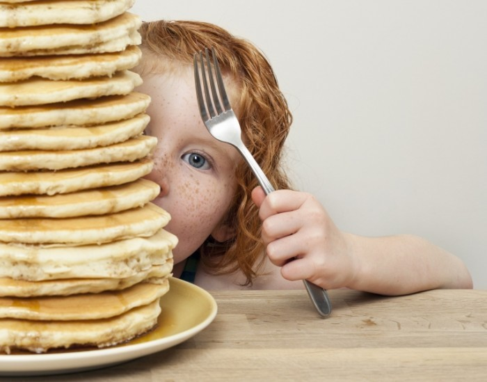 shutterstock 151195661 700x549 Девочка с блинами   Girl with pancakes