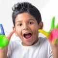 Мальчик с руками в краске - Boy with hands in paint