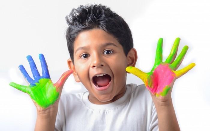 shutterstock 170030927 700x437 Мальчик с руками в краске   Boy with hands in paint