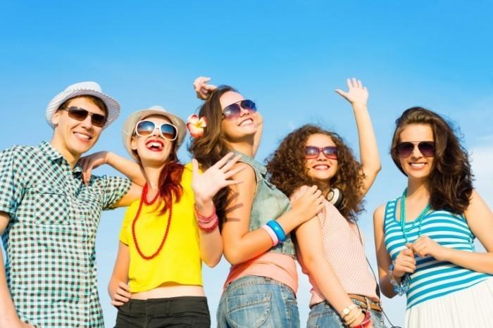shutterstock 175790069 700x466 Молодежь в солнцезащитных очках   Youth sunglasses
