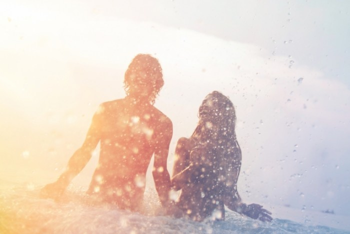 shutterstock 193816727 700x468 Пара в воде   Couple in water