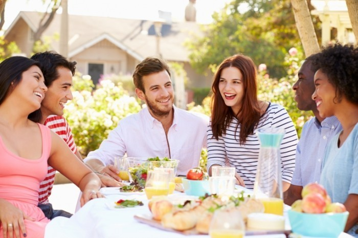shutterstock 194001635 700x466 Молодежь за обедом   Youth for dinner