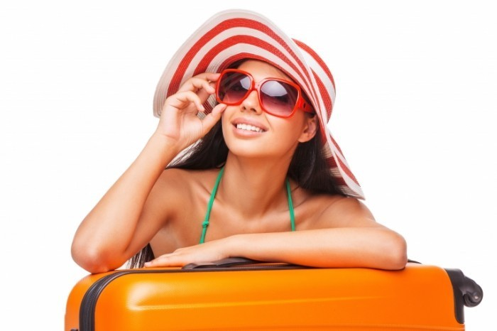 shutterstock 219145738 700x466 Девушка в шляпе и очках   Girl in a hat and sunglasses