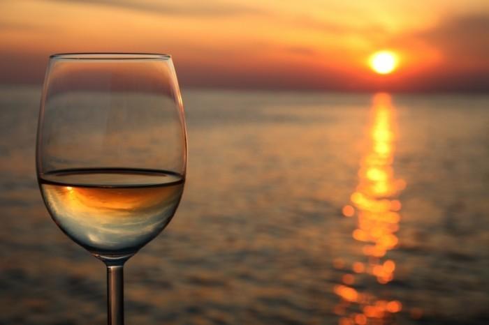 Бокал на фоне моря Glass On The Background Of The Sea