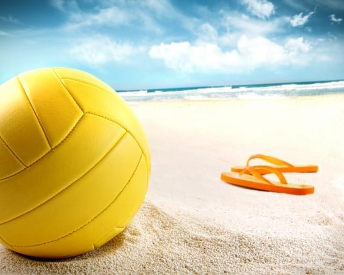 shutterstock 55535062 700x560 Мяч и вьетнамки   Ball and flip flops