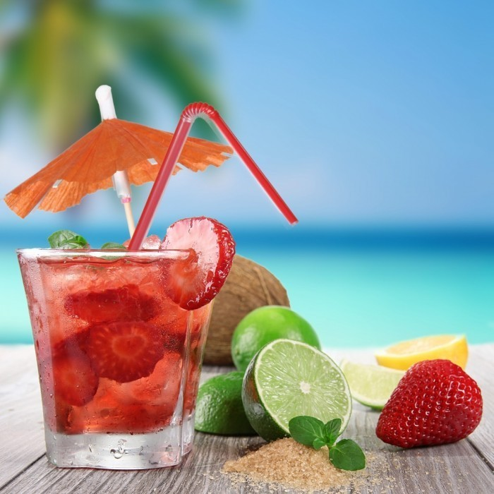 shutterstock 98959091 700x700 Коктейль с клубникой и лаймом   Cocktail with strawberries and lime