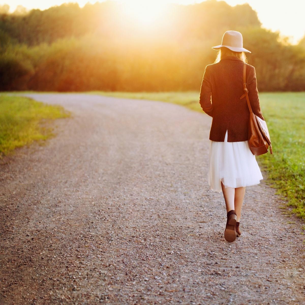 Фото уходящей девушки по дороге