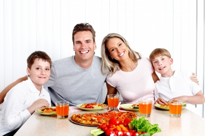 Fotolia 38790100 Subscription XXL 700x467 Семья за столом   Family at the table
