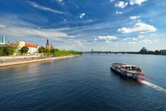 Fotolia 59537643 Subscription XXL 700x466 Река в Риге   River in Riga