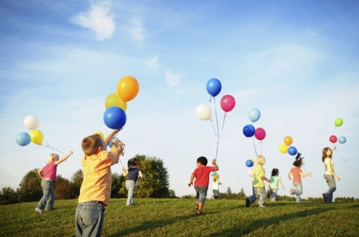 balloons 700x463 Дети с воздушными шарами   Children with balloons