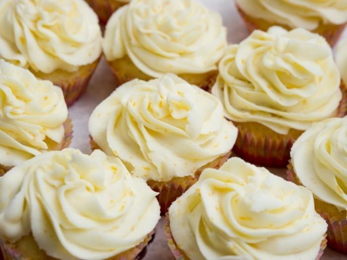 dreamstime l 24176366 700x524 Ванильные пирожные   Vanilla cake