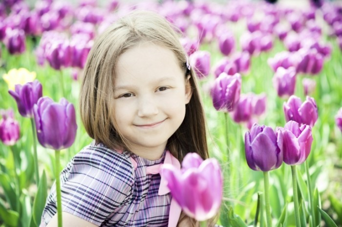 istock girl with tulips 700x465 Девочка в тюльпанах   Girl with tulips