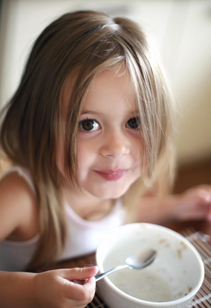 istock 000003650544medium1 700x1020 Девочка с кашей   Girl with porridge