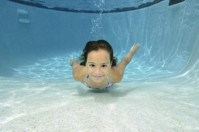 istock 000020917598xlarge 700x463 Девочка под водой   Girl under water