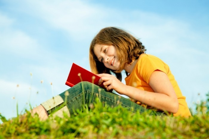 mblow051011 istock 000015496881 girlreading 700x465 Девочка с книгой   Girl with a book