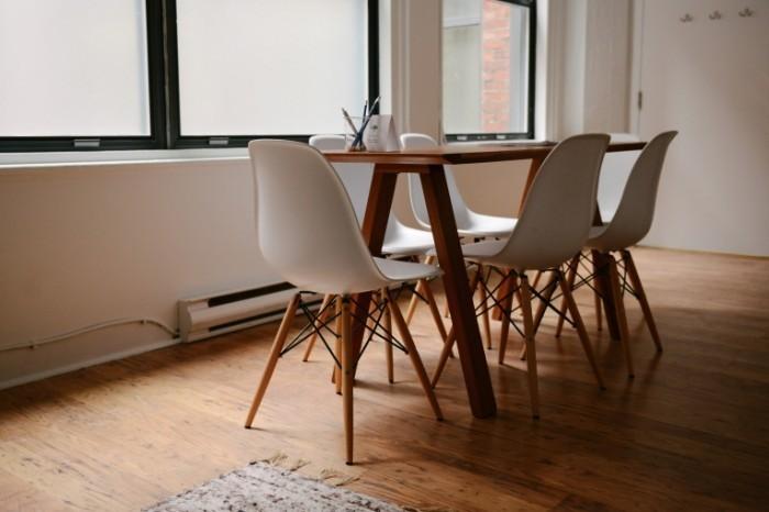 photo 1422479516648 9b1f0b6e8da8 700x466 Стол со стульями   Table with chairs