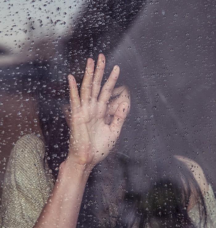 photo 1422544834386 d121ef7c6ea8 700x737 Девушка в окне   Girl in the window