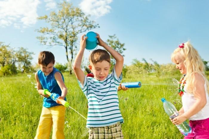 shutterstock 1039627221 700x466 Дети с поливалками   Sprinkle with Children