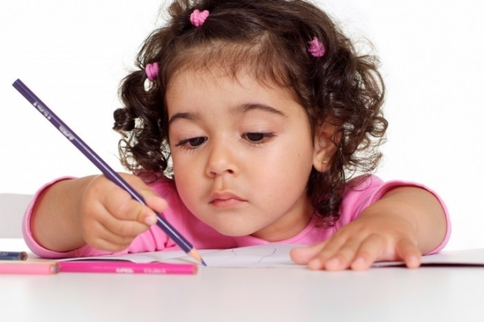 shutterstock 109978739 700x466 Девочка с карандашом   Girl with pencil