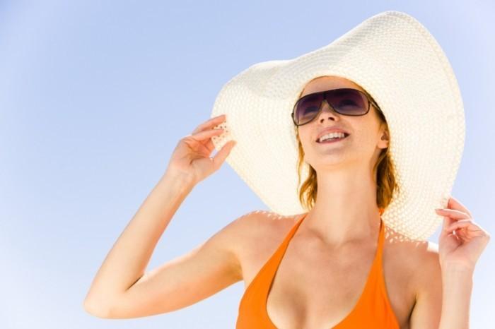 shutterstock 14435170 700x466 Женщина в шляпе   Woman in a Hat