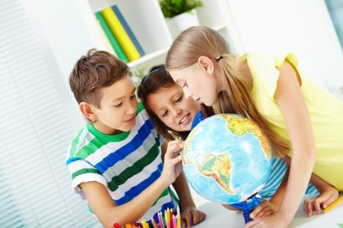 shutterstock 174553010 700x465 Дети над глобусом   Children over the globe