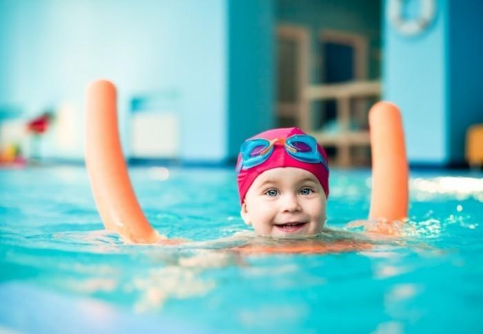 shutterstock 53780077 web 2 700x484 Девочка в бассейне  Girl in the pool