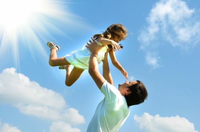 shutterstock 61981024 700x464 Папа с дочкой   Dad and daughter