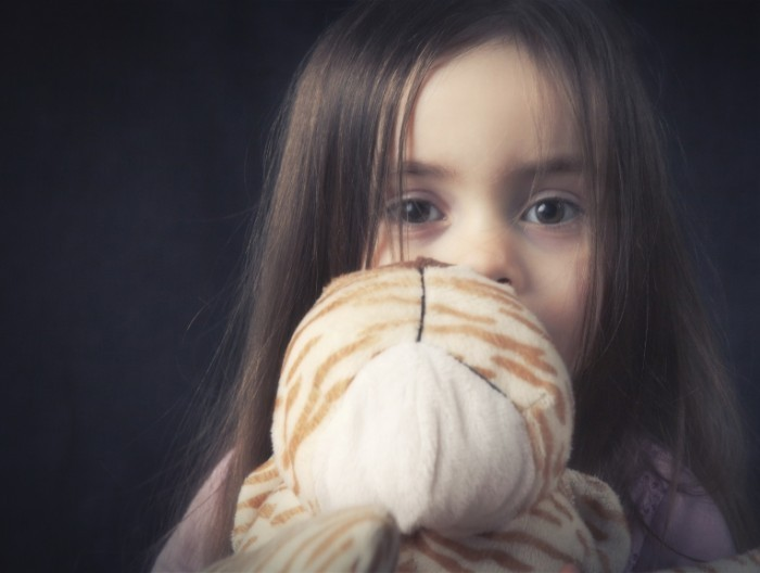 ASK anxious girl istock 700x528 Девочка с мишкой   Girl with teddy bear