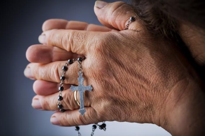 Dollarphotoclub 45456344 700x466 Руки с четками   Hands with rosary
