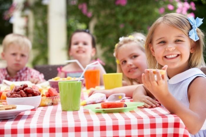 Dollarphotoclub 46827184 700x466 Дети за обедом   Children at lunch