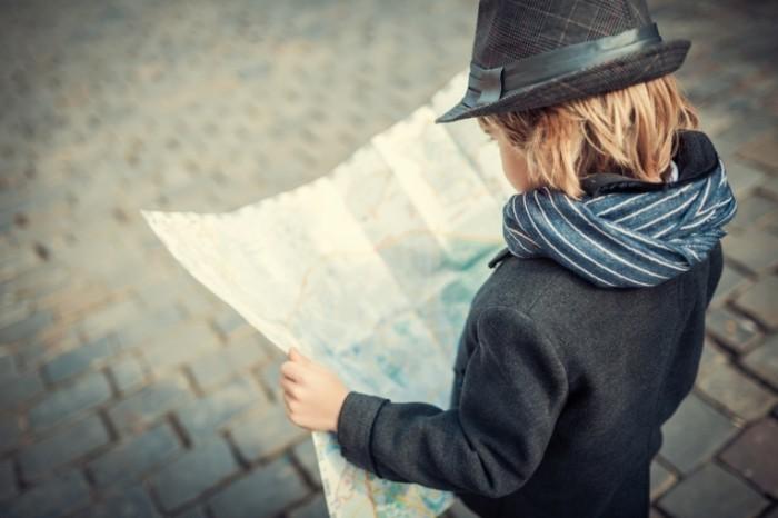 Dollarphotoclub 60417586 700x466 Мальчик в шляпе с картой   Boy in a hat with a map