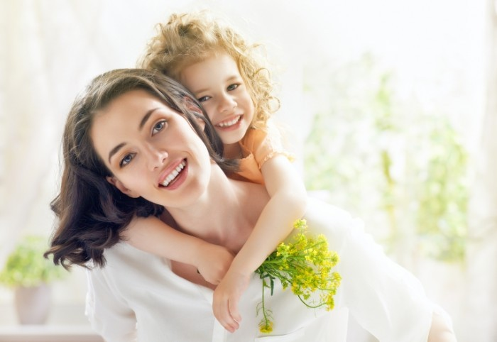 Dollarphotoclub 65937971 700x482 Мама с дочкой и с цветами   Mother and daughter with flowers