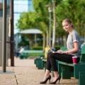 Девушка с ноутбуком на лавочке - Girl with laptop on the bench