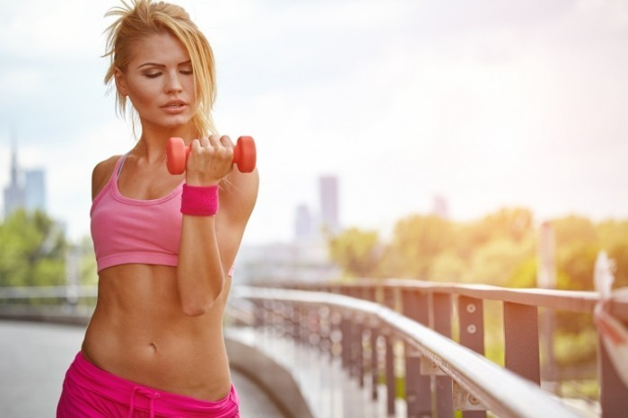 Dollarphotoclub 78637735 700x466 Девушка с гантелей   Girl with dumbbells