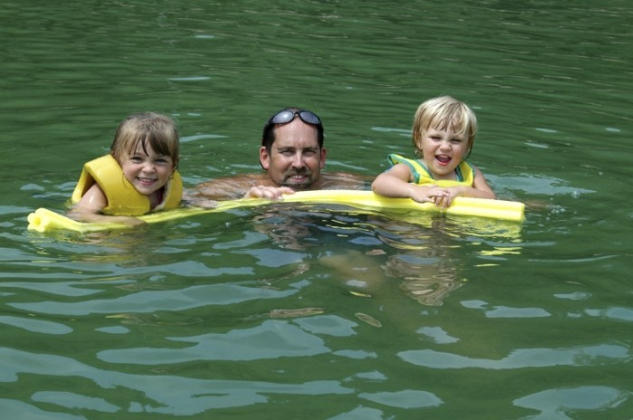 IstockFamily 700x464 Семья на воде в спасательных жилетках   Family on the water in life jackets