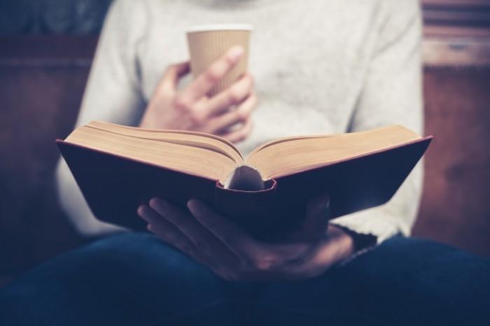 dollarphotoclub 64285595 700x466 Мужчина с книгой и кофе   Man with a book and coffee