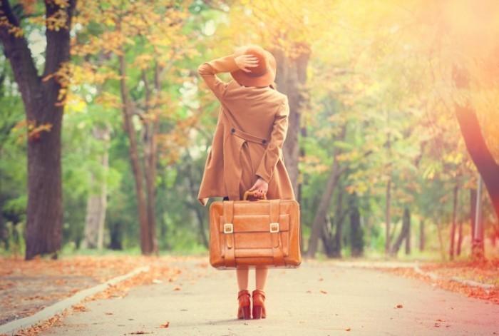 dollarphotoclub 69484488 2 700x471 Девушка с чемоданом   Girl with a suitcase