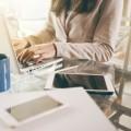Бизнес леди за рабоим столом - Business lady at a desk