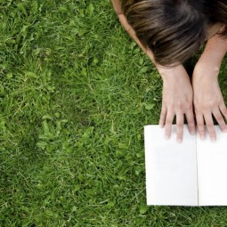 Девочка с книгой на траве - Girl with a book on the grass