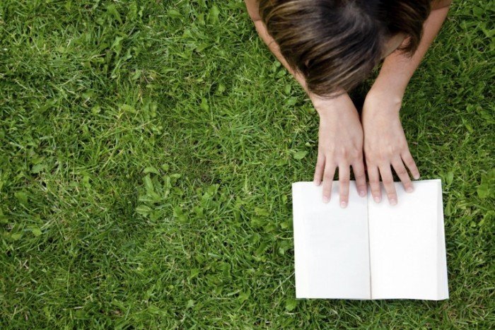 girl reading book istock andresrimaging 20150526 700x467 Девочка с книгой на траве   Girl with a book on the grass