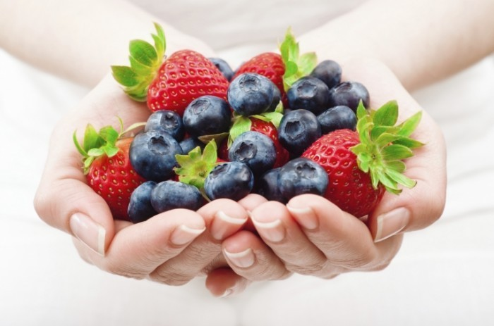 handful of fruits iStock 000019518355Large 700x463 Ягоды в руках   Berries in the hands of