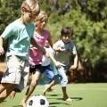 Дети играют в футбол - Kids playing soccer