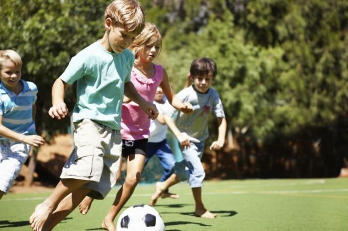 iStock 000022739401Large 700x465 Дети играют в футбол   Kids playing soccer