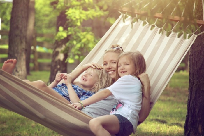 iStock 000026664373Large 700x465 Мама с детьми в гамаке   Mother with the children in a hammock