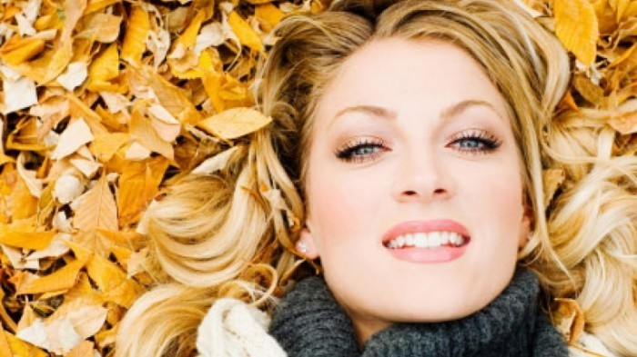 istock 000002228849xsmall 0 700x393 Девушка в листьях   Girl in the leaves